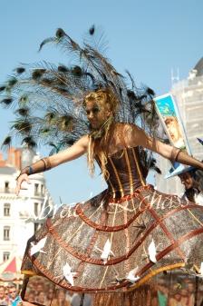 echass et toiles echassiers dali femme paon plumes de paon crinoline parade animation evenementiel grandiose magnifiques (10)