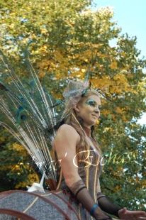 echass et toiles echassiers dali femme paon plumes de paon crinoline parade animation evenementiel grandiose magnifiques (12)