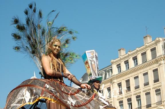 echass et toiles echassiers dali femme paon plumes de paon crinoline parade animation evenementiel grandiose magnifiques (15)