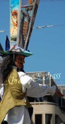 echass et toiles echassiers dali femme paon plumes de paon crinoline parade animation evenementiel grandiose magnifiques (18)