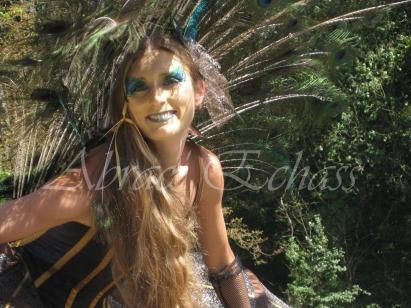 echass et toiles echassiers dali femme paon plumes de paon crinoline parade animation evenementiel grandiose magnifiques (22)