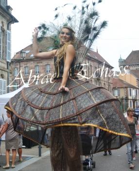 echass et toiles echassiers dali femme paon plumes de paon crinoline parade animation evenementiel grandiose magnifiques (3)