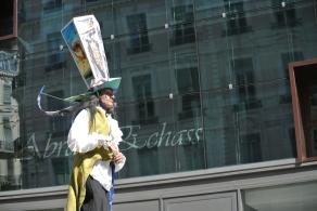 echass et toiles echassiers dali femme paon plumes de paon crinoline parade animation evenementiel grandiose magnifiques (5)
