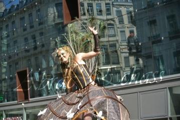 echass et toiles echassiers dali femme paon plumes de paon crinoline parade animation evenementiel grandiose magnifiques (6)