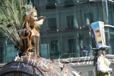 echass et toiles echassiers dali femme paon plumes de paon crinoline parade animation evenementiel grandiose magnifiques (7)