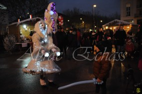 echass neige echassiers lumineux leds hiver fourrures colores parade noel marches noel animation char a neige musical magique feerique (10)