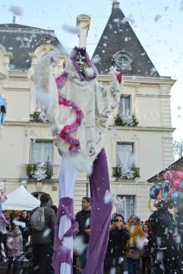 echass neige echassiers lumineux leds hiver fourrures colores parade noel marches noel animation char a neige musical magique feerique (11)