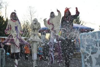 echass neige echassiers lumineux leds hiver fourrures colores parade noel marches noel animation char a neige musical magique feerique (12)