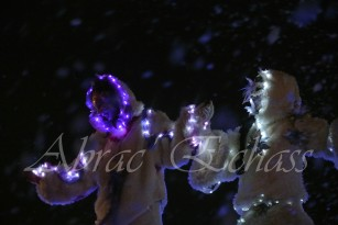 echass neige echassiers lumineux leds hiver fourrures colores parade noel marches noel animation char a neige musical magique feerique (16)