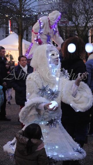 echass neige echassiers lumineux leds hiver fourrures colores parade noel marches noel animation char a neige musical magique feerique (17)