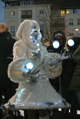 echass neige echassiers lumineux leds hiver fourrures colores parade noel marches noel animation char a neige musical magique feerique (19)