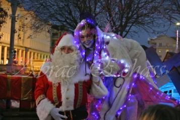 echass neige echassiers lumineux leds hiver fourrures colores parade noel marches noel animation char a neige musical magique feerique (20)