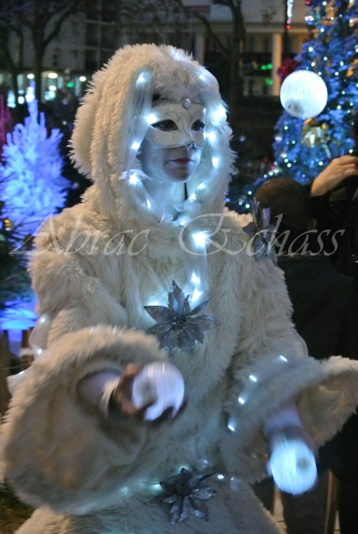 echass neige echassiers lumineux leds hiver fourrures colores parade noel marches noel animation char a neige musical magique feerique (21)