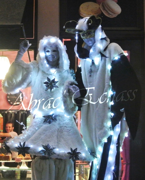 echass neige echassiers lumineux leds hiver fourrures colores parade noel marches noel animation char a neige musical magique feerique (37)