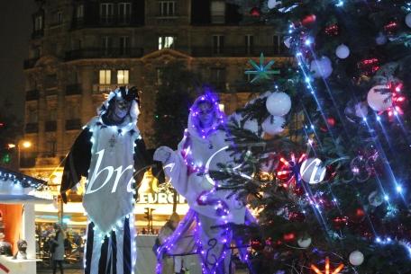 echass neige echassiers lumineux leds hiver fourrures colores parade noel marches noel animation char a neige musical magique feerique (39)