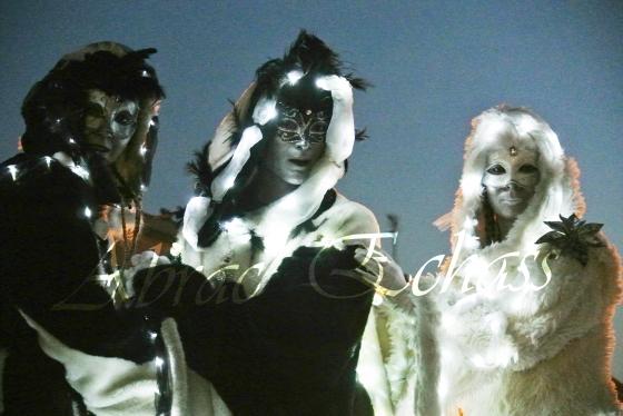 echass neige echassiers lumineux leds hiver fourrures colores parade noel marches noel animation char a neige musical magique feerique (41)