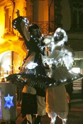 echass neige echassiers lumineux leds hiver fourrures colores parade noel marches noel animation char a neige musical magique feerique (43)