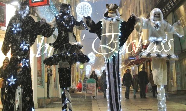 echass neige echassiers lumineux leds hiver fourrures colores parade noel marches noel animation char a neige musical magique feerique (50)
