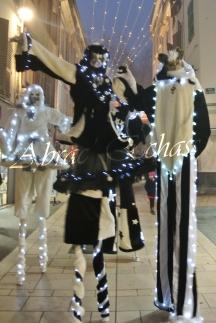 echass neige echassiers lumineux leds hiver fourrures colores parade noel marches noel animation char a neige musical magique feerique (51)