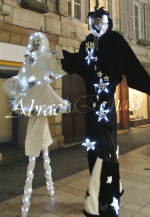 echass neige echassiers lumineux leds hiver fourrures colores parade noel marches noel animation char a neige musical magique feerique (52)