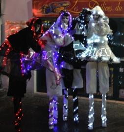 echass neige echassiers lumineux leds hiver fourrures colores parade noel marches noel animation char a neige musical magique feerique (58)