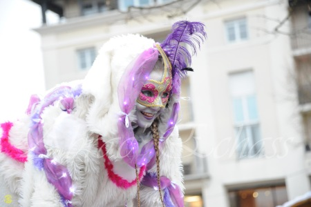 echass neige echassiers lumineux leds hiver fourrures colores parade noel marches noel animation char a neige musical magique feerique (6)
