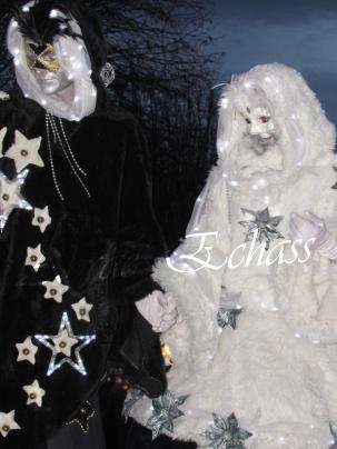echass neige echassiers lumineux leds hiver fourrures colores parade noel marches noel animation char a neige musical magique feerique (63)