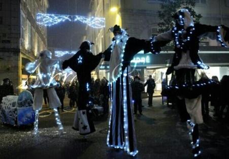 echass neige echassiers lumineux leds hiver fourrures colores parade noel marches noel animation char a neige musical magique feerique (70)