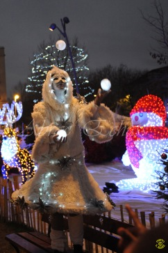 echass neige echassiers lumineux leds hiver fourrures colores parade noel marches noel animation char a neige musical magique feerique (9)