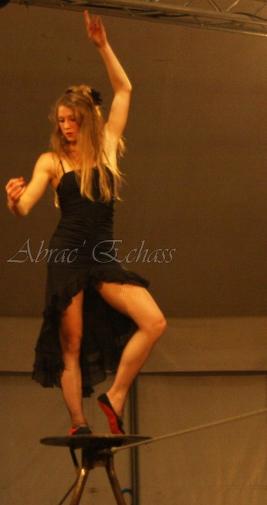 flamenca danse sur fil de fer danse flamenco spectacle rouge et noir cirque animation evenementiel guitare espagnol gitan (24)