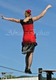 flamenca danse sur fil de fer danse flamenco spectacle rouge et noir cirque animation evenementiel guitare espagnol gitan (3)
