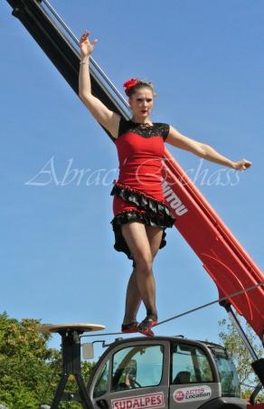 flamenca danse sur fil de fer danse flamenco spectacle rouge et noir cirque animation evenementiel guitare espagnol gitan (4)