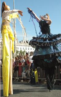 nuité jour echassieres dualite spectacle animation parade bleu et jaune danse crinoline (1)