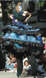 nuité jour echassieres dualite spectacle animation parade bleu et jaune danse crinoline (10)