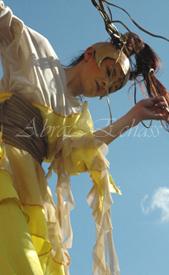 nuité jour echassieres dualite spectacle animation parade bleu et jaune danse crinoline (11)