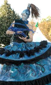 nuité jour echassieres dualite spectacle animation parade bleu et jaune danse crinoline (13)