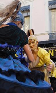 nuité jour echassieres dualite spectacle animation parade bleu et jaune danse crinoline (14)