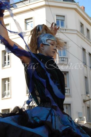 nuité jour echassieres dualite spectacle animation parade bleu et jaune danse crinoline (17)