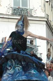 nuité jour echassieres dualite spectacle animation parade bleu et jaune danse crinoline (19)