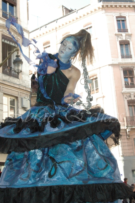 nuité jour echassieres dualite spectacle animation parade bleu et jaune danse crinoline (20)