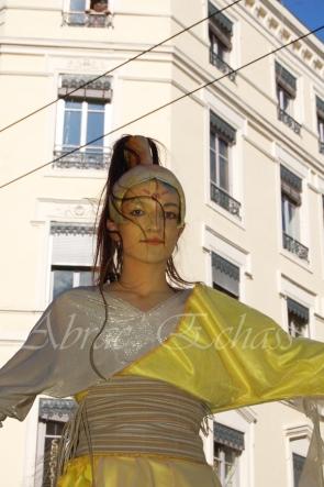 nuité jour echassieres dualite spectacle animation parade bleu et jaune danse crinoline (22)