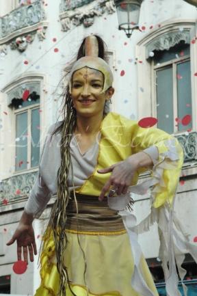 nuité jour echassieres dualite spectacle animation parade bleu et jaune danse crinoline (23)