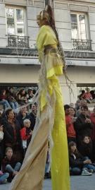 nuité jour echassieres dualite spectacle animation parade bleu et jaune danse crinoline (24)