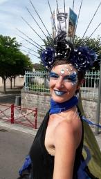 nuité jour echassieres dualite spectacle animation parade bleu et jaune danse crinoline (3)