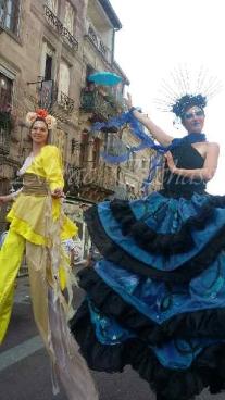 nuité jour echassieres dualite spectacle animation parade bleu et jaune danse crinoline (4)