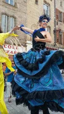 nuité jour echassieres dualite spectacle animation parade bleu et jaune danse crinoline (5)