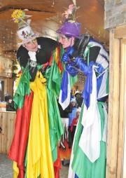 saltimbanques echassiers parade animation fous du roi colores festifs jongleurs acrobates (1)