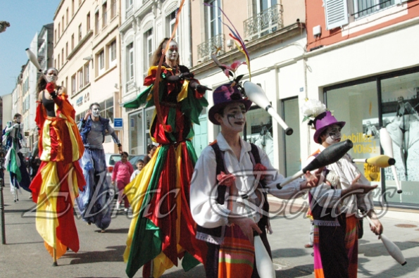 saltimbanques echassiers parade animation fous du roi colores festifs jongleurs acrobates (10)