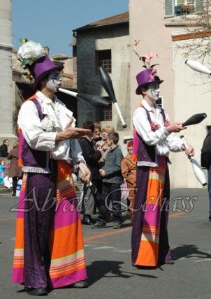 saltimbanques echassiers parade animation fous du roi colores festifs jongleurs acrobates (12)