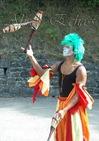 saltimbanques echassiers parade animation fous du roi colores festifs jongleurs acrobates (13)